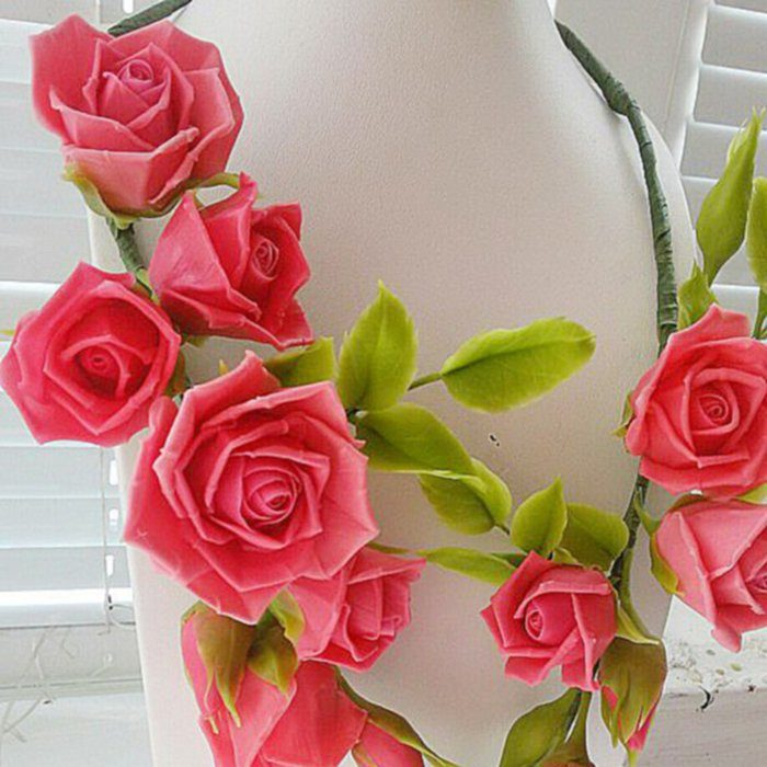 Necklace with red roses | Oriflowers