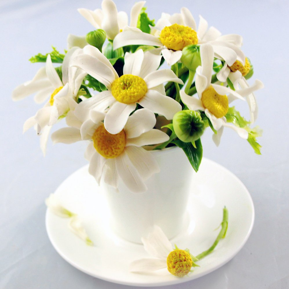 Table decorations artificial chamomile flowers in a cup for Artificial flowers decoration ideas